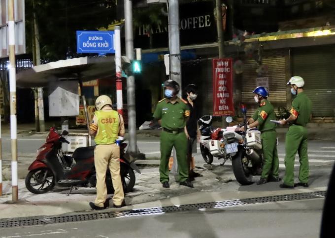 Tại chốt kiểm soát đường Đồng Khởi, một số trường hợp khác, đã bị xử lý khi ra đường không có lý do chính đáng.