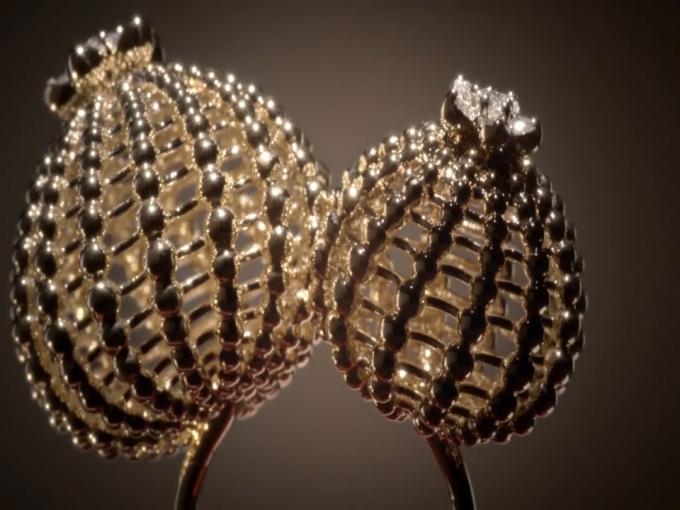 Chiếc nhẫn được làm bằng vàng 18k đính kim cương