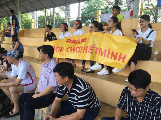 Cổ động viên báo Pháp luật Việt Nam đến từ rất sớm để cổ vũ cho đôi bóng.