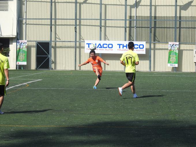 Hai đội bóng thi đấu trận mở màn Press cup 2017.