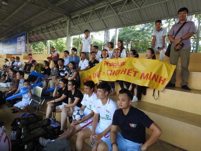 Cổ động viên báo Pháp luật Việt Nam đã có mặt rất đông trên khán đài sân vận động Tao Đàn để cổ vũ đội nhà.