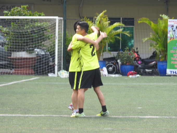 Ăn mừng bàn thắng giữa 2 cầu thủ Hoàng Vượng - Hà Ánh Bình.