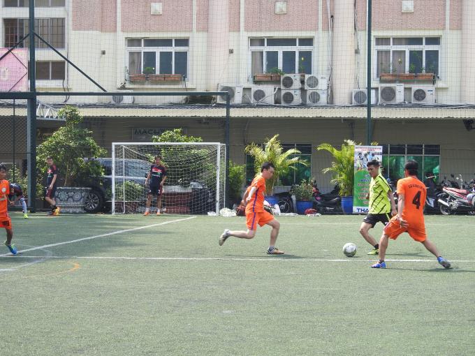 Một pha đi bóng qua 2 hậu vệ đội Liên quân ĐBSCL của cầu thủ Hà Ánh Bình.