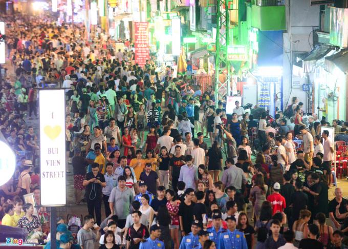 Tối 20/8, lãnh đạo TP.HCM cắt băng khai trương tuyến phố đi bộ Bùi Viện. Hàng nghìn người sớm đổ về tham quan, vui chơi. Đây cũng là tuyến phố đi bộ thứ 2 của thành phố.