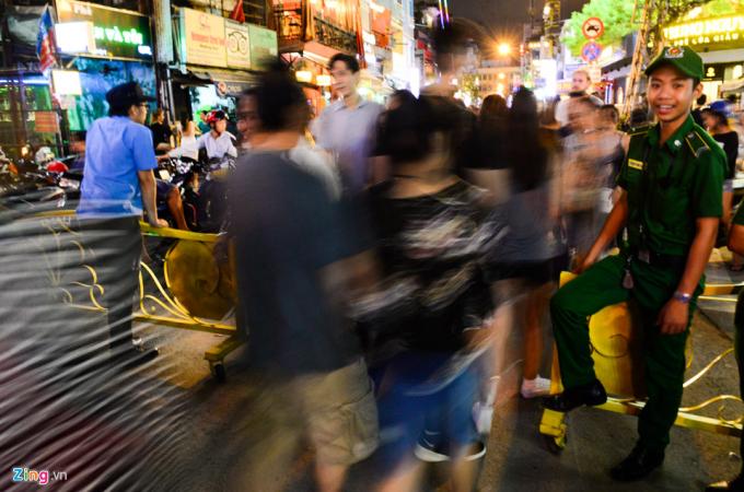 Hai đầu đường Bùi Viện được rào chắn cấm phương tiện lưu thông theo quy định từ 19h đến 2h sáng hôm sau các ngày thứ 7, chủ nhật hàng tuần.