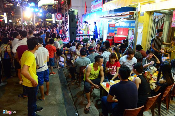 Hàng quán đông đúc từ rất sớm. Các hộ kinh doanh được phép buôn bán trên vỉa hè vào ban đêm.