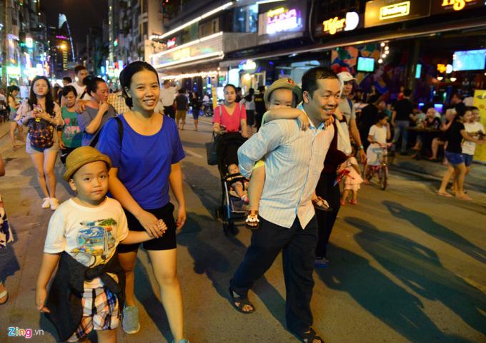 Anh Nguyễn Long Duy cùng vợ và 2 con dạo bộ trên đường Bùi Viện phấn khởi: