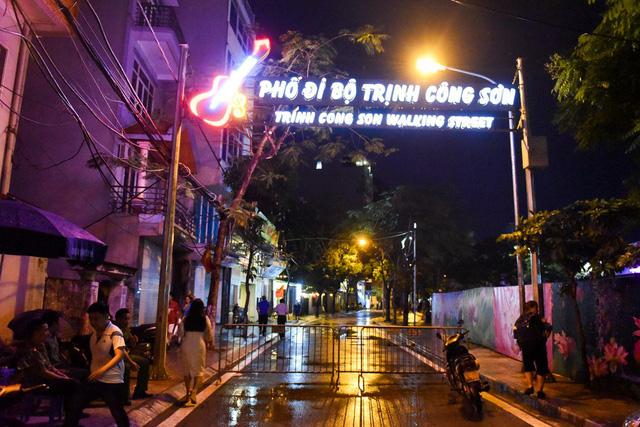Tối 11/5, phố đi bộ Trịnh Công Sơn khai trương trong thời tiết có mưa nhỏ. Đây là tuyến phố đi bộ thứ hai ở Hà Nội.