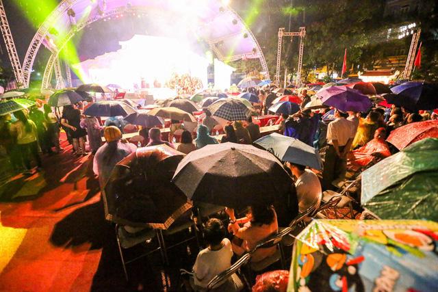 Dù thời tiết không thuận lợi, hàng trăm người dân vẫn đội mưa tham dự buổi lễ khai trương. Phố đi bộ Trịnh Công Sơn sẽ được thí điểm đến hết năm 2018, sau đó thành phố sẽ quyết định nên mở rộng hay thu hẹp quy mô.