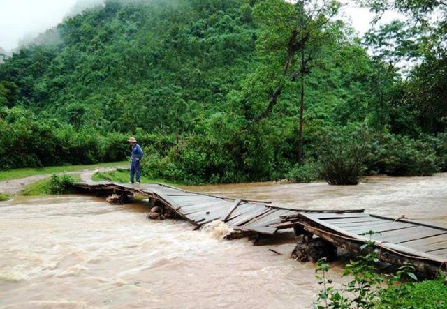 Một chiếc cầu dân sinh bị nước cuốn hư hỏng.