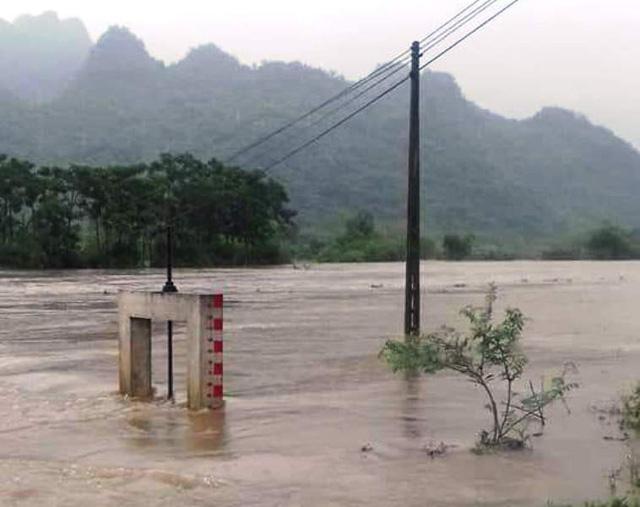Mực nước sông suối qua huyện Con Cuông đang lên rất cao, gây ngập lụt cục bộ.