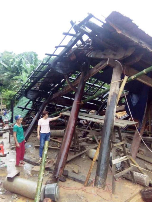 Căn nhà mới làm của một hộ dân ở xã Mậu Đức, huyện Con Cuông sau những ngày mưa lớn đã sập.