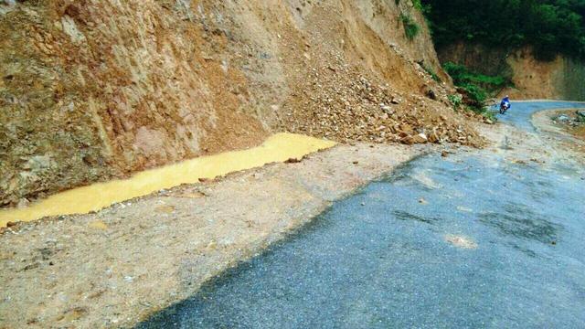 Một đoạn đường nhựa mới làm xong ở địa bàn xã Mậu Đức đất đá từ đồi đổ xuống.