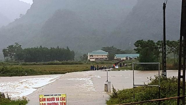 Hiện tại đập tràn Khe Mọi đã ngập nước. Huyện Con Cuông ra lệnh cấm người và mọi phương tiện qua lại.