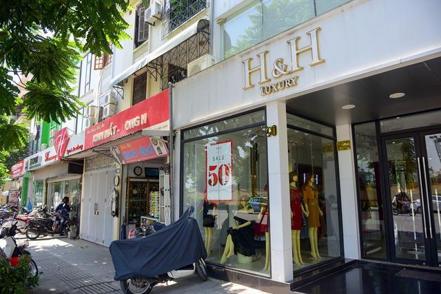 Nhiều cửa hàng đã tự thay biển hiệu khác theo nhu cầu quảng cáo, thu hút khách hàng.