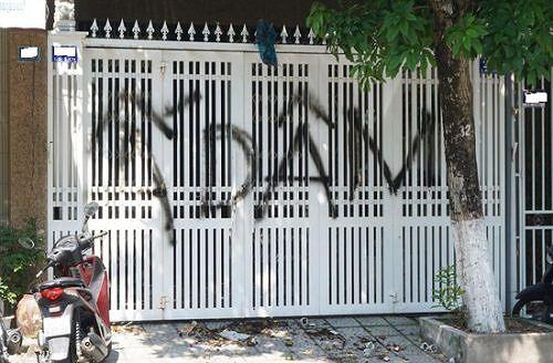 Hình ảnh vi phạm pháp luật của cộng đồng mạng khi đến nhà ông Linh xịt sơn bôi bẩn