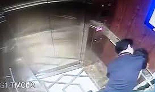 Hình ảnh ghi lại hành vi của ông Linh trong thang máy