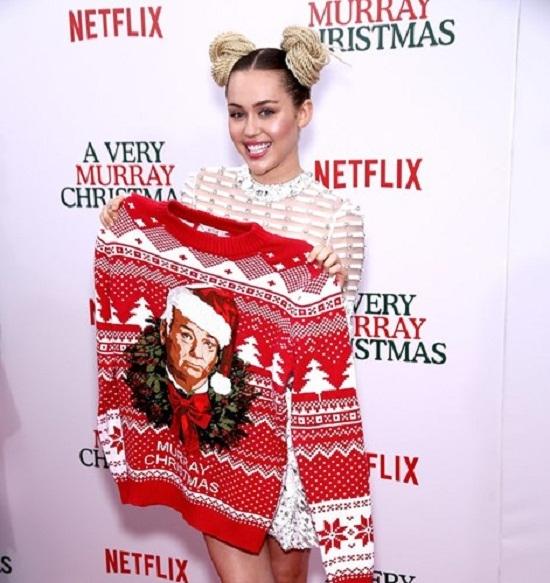 Miley Cyrus khoe chiếc áo len trong mùa Giáng sinh 2015.