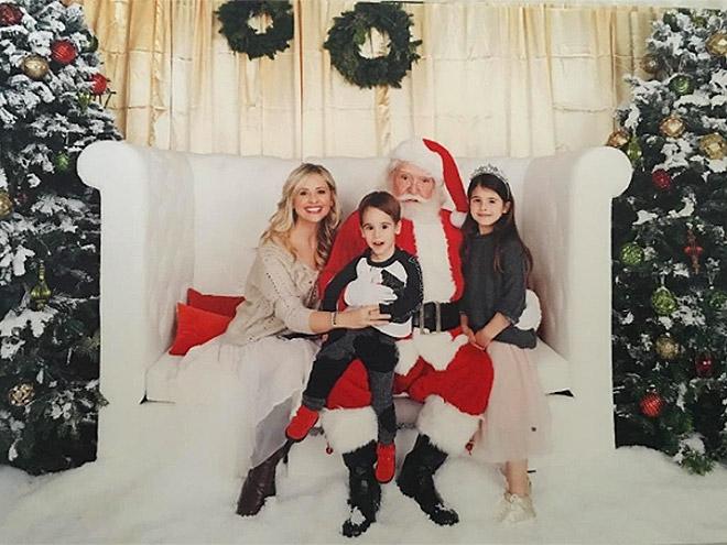 Diễn vên Sarah Michelle Gellar tận hưởng kỳ nghỉ lễ vui vẻ cùng với 2 con Rocky, 3 tuổi và Charlotte 6 tuổi, gặp gỡ ông già noel.