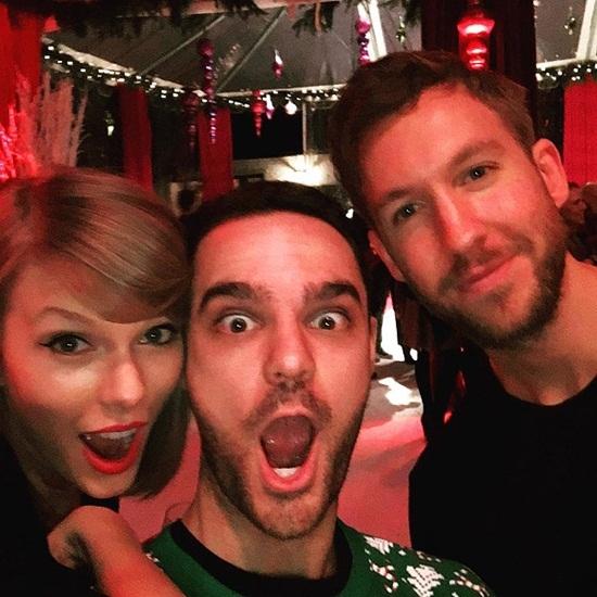 """Taylor Swift vui vẻ bên bạn bè. Nữ ca sĩ cùng 2 bạn của mình tạo dáng với biểu cảm """"khó đỡ""""."""
