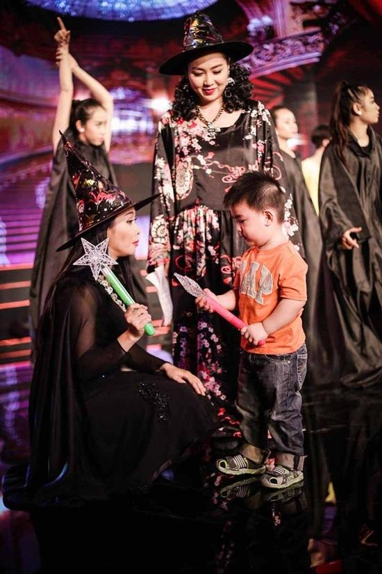 Con trai Kim Tử Long quậy tưng bừng trong trường quay.