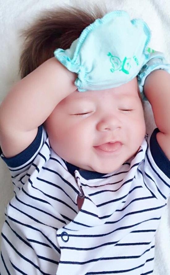 Hình ảnh vô cùng đáng yêu của con trai Elly Trần.
