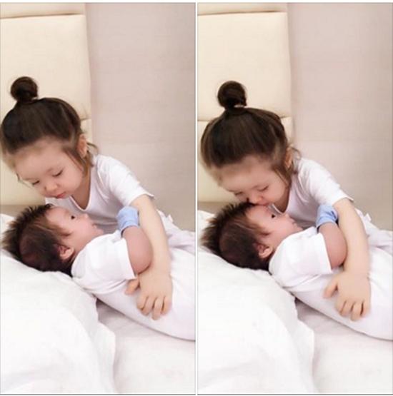 Hình ảnh gây sốt cộng đồng mạng trong thời gian vừa qua khi Elly Trần chia sẻ hình ảnh con trai mới sinh.