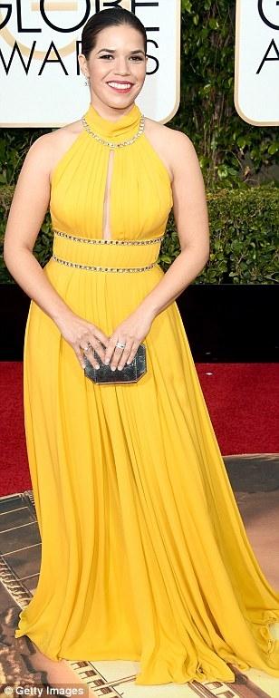 America Ferrera nổi bật khi chọn chiếc đầm màu vàng.