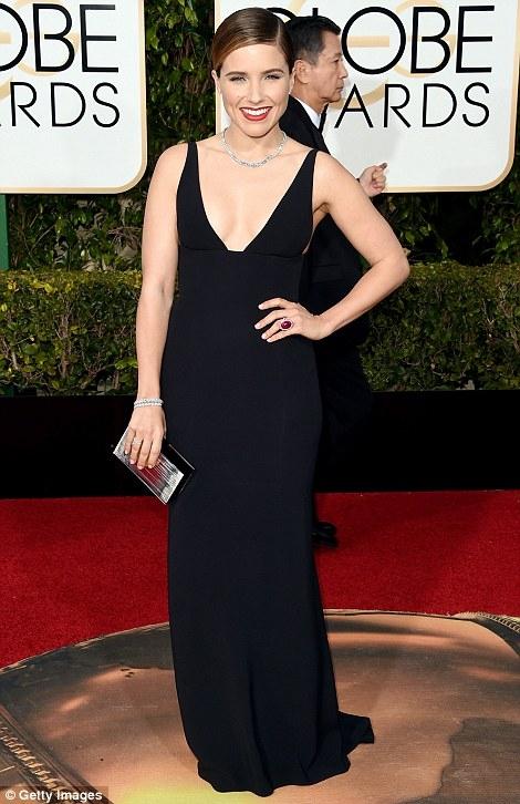 Diễn viên Sophia Bush khoe đường cong với chiếc đầm đen.