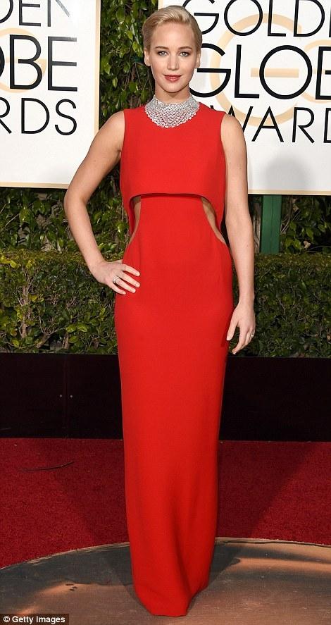Jennifer Lawrence khoe sắc với chiếc đầm đỏ rực rỡ thương hiệu Dior.