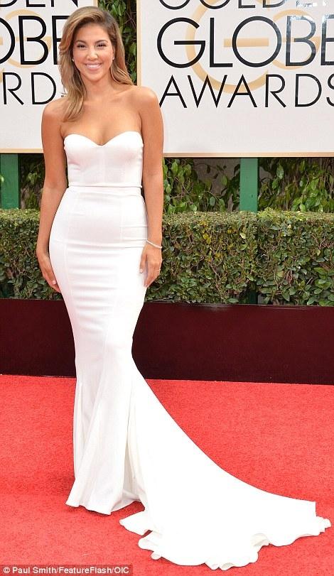 Liz Hernandez tươi tắn với chiếc đầm trắng cúp ngực.
