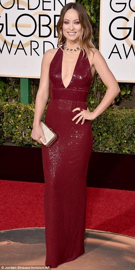 Diễn viênOlivia Wilde chọn chiếc đầm đỏ mận khoét sâu ở ngực.