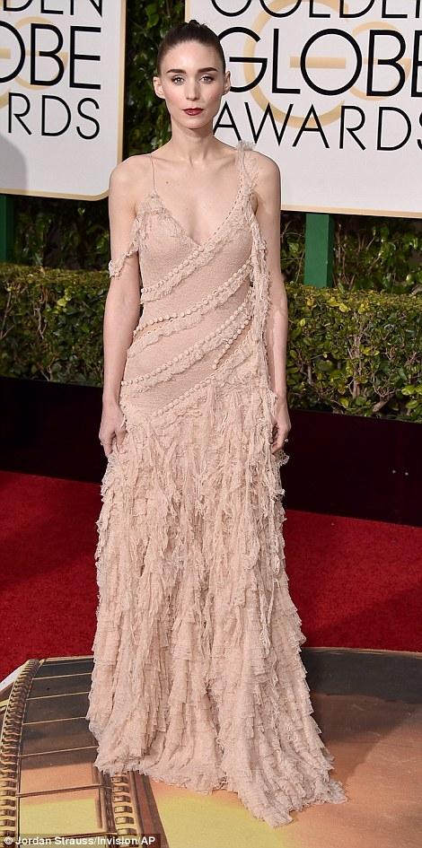 Rooney Mara khoe vai trần với chiếc đầm 2 dây.