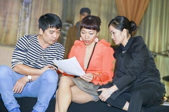 Ca sĩ Hồng Nhung và Hà Trần cùng đọc kịch bản chương trình.