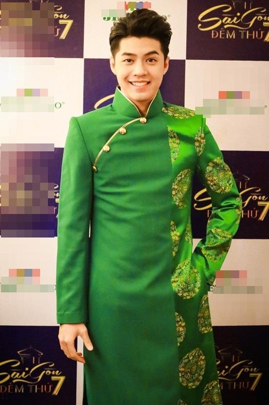 Noo Phước Thịnhdiện áo dài lịch lãm hát nhạc xuân.