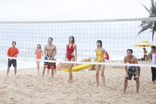 3 Quán quân Vietnam's Next Top Model cùng thí sinhProject Runway Vietnam 2015vui chơi bên bãi biển.