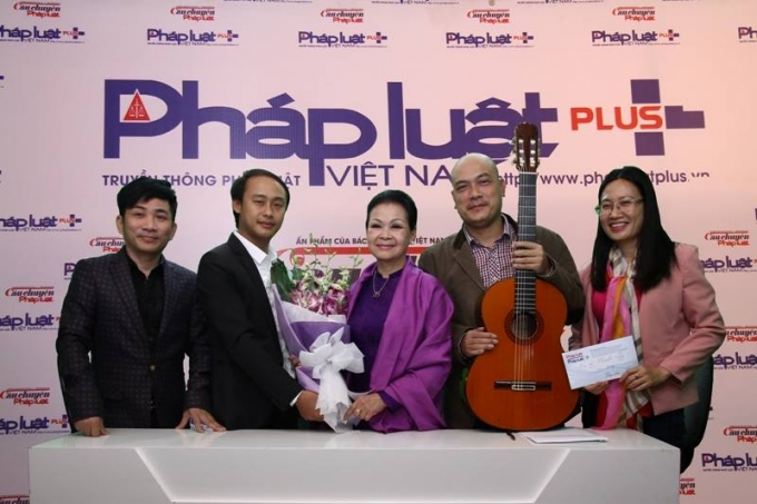 Cuối chương trình giao lưu, danh ca Khánh Ly đã ủng hộ Quỹ nhịp cầu Plus số tiền là 10 triệu đồng.