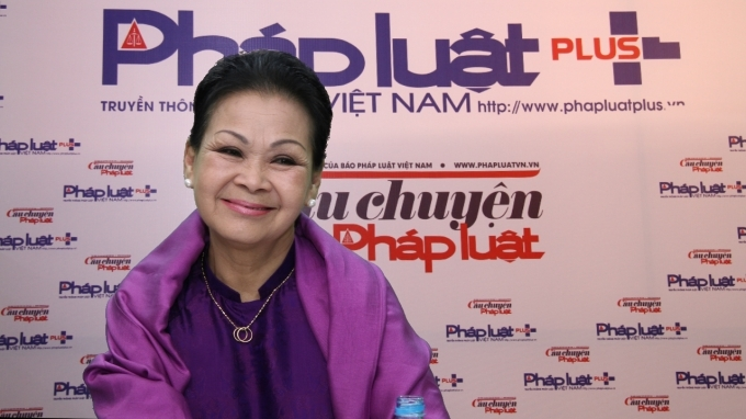 Danh ca Khánh Ly trong buổi giao lưu trực tuyến với Pháp luật Plus.