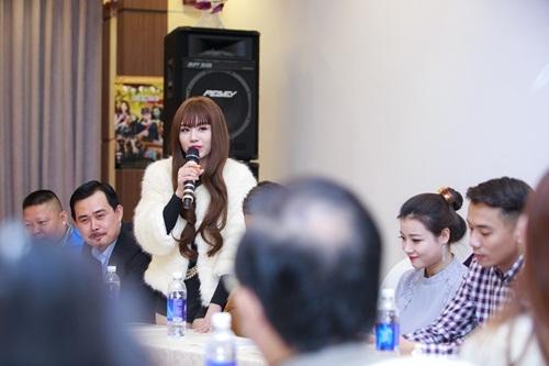 Hot girl Linh Miu trả lời phóng viên trong buổi họp báo ra mắt phim.