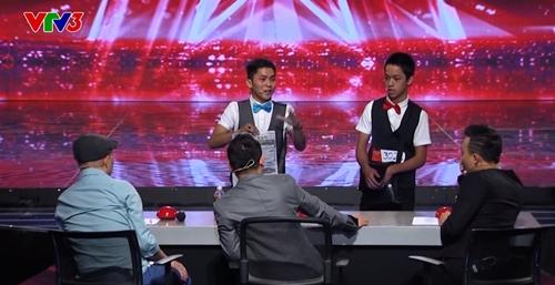 Hai anh em Bùi Văn Lam và Bùi Đức Lợi trình diễn ảo thuật.
