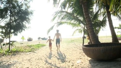 2 bố con Tốt Ti đi tắm biển.