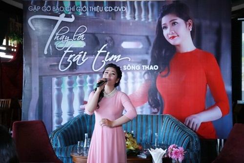 Ca sĩ Sông Thao hát tặng mọi người trong buổi họp báo ra mắt