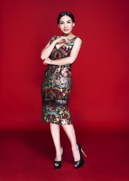 Ngoài áo dài, Phi Nhung cũng diện một chiếc váy gấm có phần ngực xẻ sâu, điều này khiến chị tỏ ra khá ngại ngùng khi lần đầu mặc trang phục gợi cảm.
