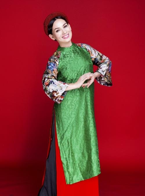 Trong trang phục áo dài của nhà thiết kế Thủy Nguyễn, nữ ca sĩ Phi Nhung trông rất xinh đẹp và đằm thắm.