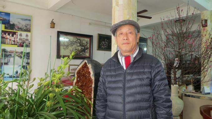 Thầy phong thủy Hoàng Thanh Phong. Trong ảnh tại gia đình, hoa vàng được ông đặt ở trên còn hoa đào được đặt ở dưới.