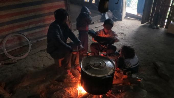 Mọi người quây quần bên bếp lửa.