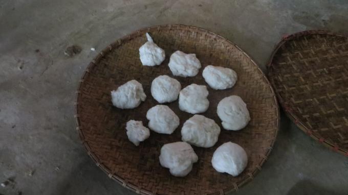 Bánh dày sẽ được gói vào lá chuối và có thể để được 3 tháng, chỉ cần bóc lớp vỏ cứng ở ngoài.