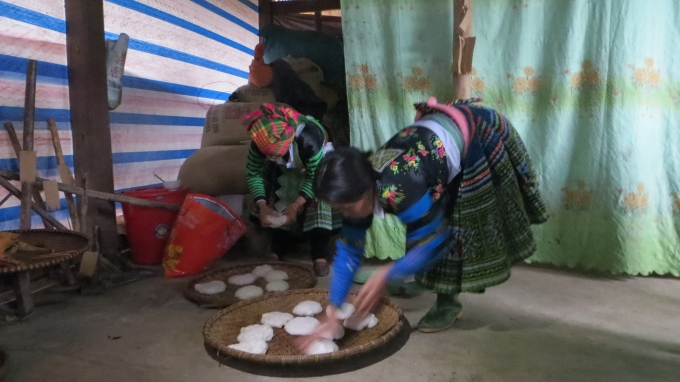 Sau khi giã bánh dày xong, phụ nữ sẽ cạo bánh dày ra và chia thành những miếng nhỏ.