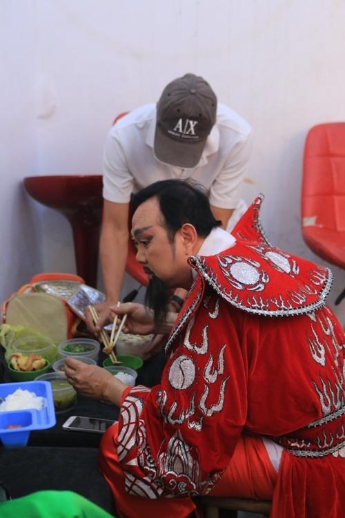 Danh hài Chí Tài ăn uống đầy đủ ở hậu trường, khác với bữa ăn tạm bợ, nhanh chóng của các nghệ sĩ khác.