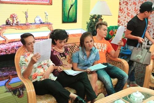 Thu Trang, Lê Khánh vội vàng ăn uống khi ghi hình chương trình Tết